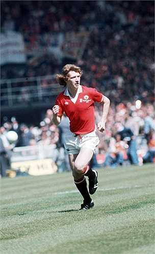 Jimmy Nicholl (Bắc Ireland) - 73 lần