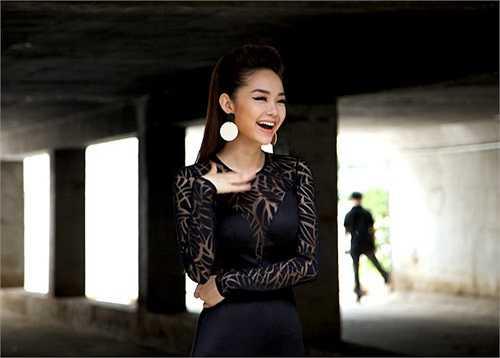 Minh Hằng vừa hoàn thành vai diễn trong 'Vừa đi vừa khóc', đóng cùng Lương Mạnh Hải.