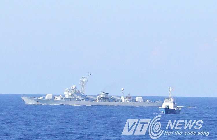 Tàu hộ vệ tên lửa Trung Quốc áp sát tàu Việt Nam.