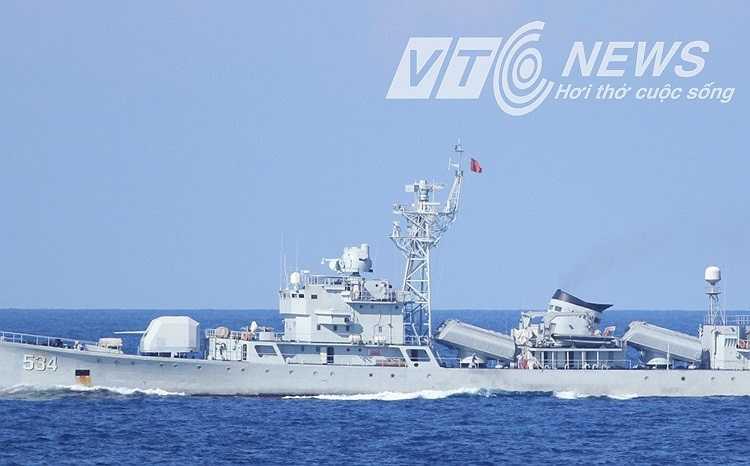 Tàu hộ vệ tên lửa của Trung Quốc thường xuyên áp sát tàu cảnh sát biển Việt Nam.