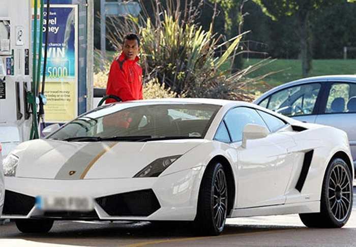 Mặc dù đang trải qua thời điểm khó khăn trong sự nghiệp tại câu lạc bộ Manchester United, nhưng ngôi sao người Bồ Đào Nha là Luis Nani vẫn tìm thấy niềm vui nhỏ với chiếc siêu xe Lamborghini Gallardo LP 550-2 trị giá 137.000 bảng Anh (tương đương 230.500 USD).