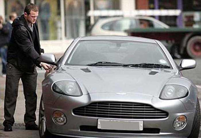 Với mức lương 300.000 bảng/tuần, Wayne Rooney hiện đang là tiền đạo nhận lương cao nhất trong giới cầu thủ tại Premier League. Do đó việc sở hữu những chiếc siêu xe siêu đắt với Rooney chỉ là chuyện quá bình thường. Chiếc Aston Martin Vanquish được chọn trong danh sách này có giá 150.000 bảng Anh (tương đương 252.400 USD).