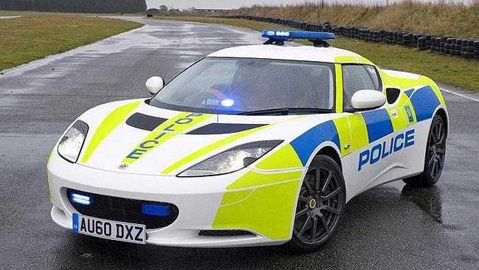Dàn siêu xe của cảnh sát Anh - McLaren 12C Spider, Lotus Evora S, Lexus IS-F, Mitsubishi Lancer Evolution - nhìn có vẻ rất hoành tráng, nhưng McLaren chỉ dùng để phô trương, còn kẻ len lỏi qua các ngả đường đông đúc là dòng Lotus siêu nhanh.
