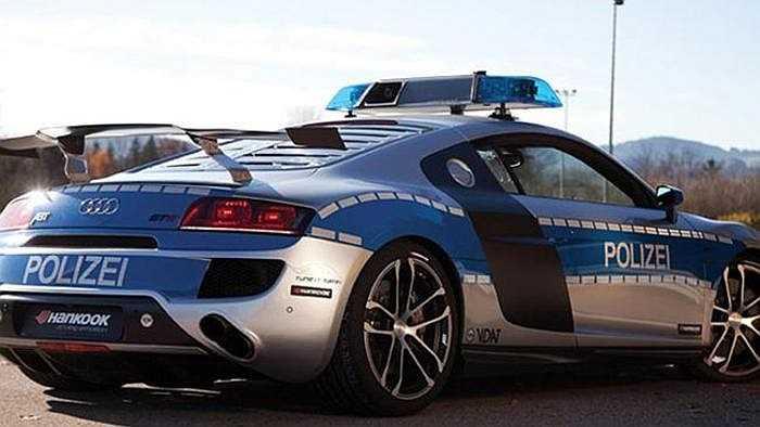 Người Đức dĩ nhiên luôn biết cách chế tạo một chiếc xe đẹp và xịn. Do đó, không có gì khó hiểu khi trong gara xe của cảnh sát xuất hiện 3 cái tên thuộc dòng xế hộp nhanh nhất và thời thượng nhất, Audi R8 GTR, Brabus Rocket, Porsche 911.