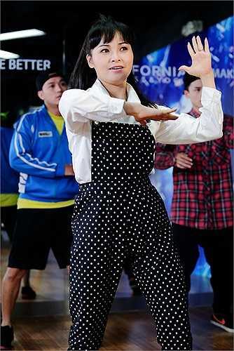 Cô tâm sự: 'Trong dòng nhạc RnB thì khó khăn với Trang Nhung khá nhiều, hát tiếng Anh, mà còn hát nhanh nữa, tập hát đau hết cả miệng. Còn phải tập vũ đạo, ở đây Nhung thấy vũ đạo rất khó, nhiều động tác y như là robot vậy, giật một lúc lại thành dân gian'.