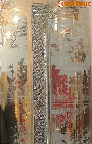 Phần thân lọ được vẽ theo lối bổ ô với 4 cảnh tiêu biểu của Hà Nội là Chùa Một Cột, Tháp Rùa Hồ Gươm, Khuê Văn Các và Cột cờ Hà Nội tượng trưng cho Hà Nội vào thời hiện tại.
