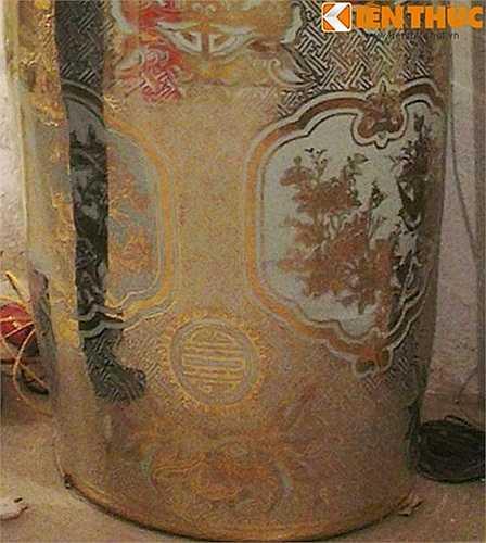 Phần chân của cặp lộc bình vẽ bổ ô 4 cảnh 'chim hoa 4 mùa' tượng trưng cho sự trường tồn của Thủ đô qua thời gian. Cặp lộc bình được các nghệ nhân vẽ vàng 24K trên chất liệu sứ trong suốt 3 tháng và có giá bán trên dưới 2 tỷ đồng.