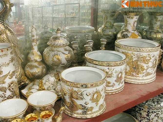 Một tác phẩm tầm cỡ khác là bộ đồ thờ 103 món được điêu khắc cầu kỳ tinh xảo và vẽ vàng 100%.