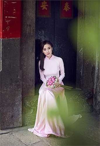 Angela Phương Trinh đối mặt với một loạt sự chỉ trích vì ăn mặc ngày càng mát mẻ và không phù hợp với lứa tuổi.
