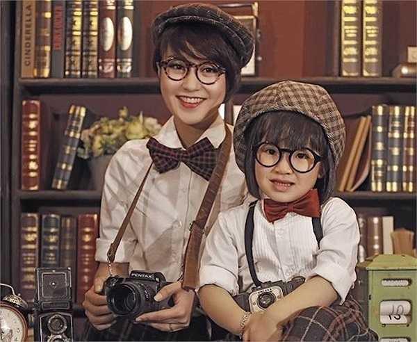 Hiện tại, Bào Ngư đã hơn 3 tuổi. Càng lớn, những nét xinh xắn giống mẹ càng thể hiện rõ. Đôi lúc, Bào Ngư còn làm người mẫu cho shop quần áo của mẹ.