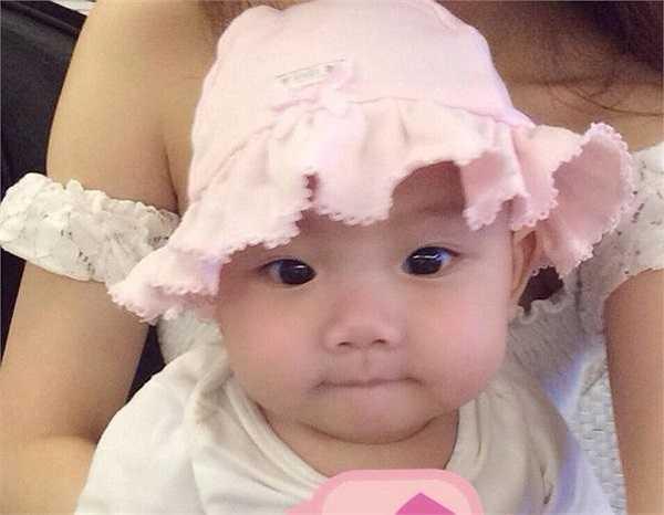 Bạn bè của Huyền Baby nhận xét rằng ngoài đôi mắt hiền lành giống bố thì gương mặt bầu bĩnh, khuôn miệng dễ thương đều mang đậm dấu ấn của mẹ.