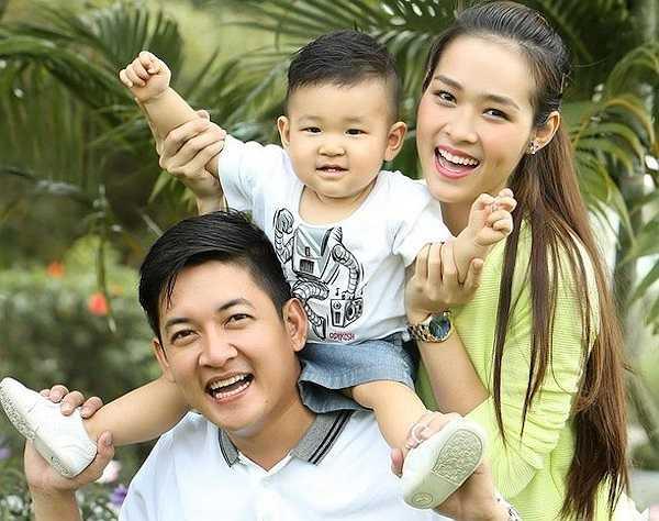 Cũng giống với trường hợp của Quỳnh Chi, con trai của hot girl Diệp Bảo Ngọc mang nhiều đường nét giống bố, nhất là gương mặt vuông vức mà cặp lông mày rậm. Thế nhưng cặp má lúm mà Minh Khang (tên thật của cậu bé) sở hữu lại giống cả bố và mẹ.