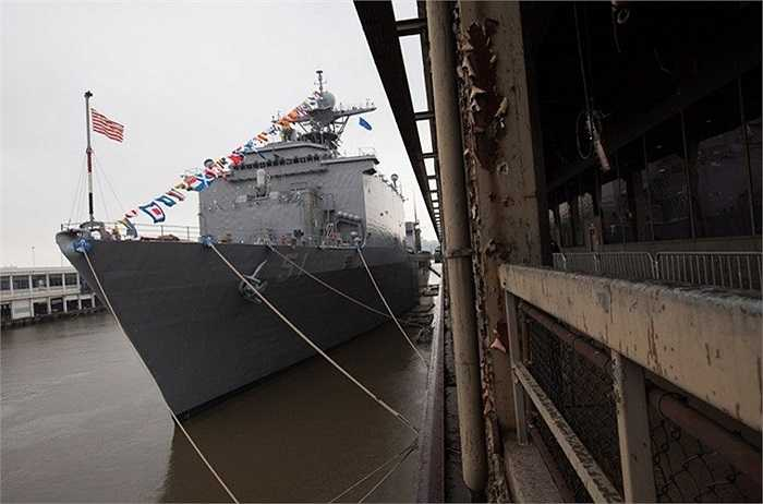 USS Oak Hill là một trong những tàu đổ bộ cỡ lớn thuộc lớp Harpers Ferry được thiết kế cho nhiệm vụ chính gồm vận chuyển lực lượng lính thủy đánh bộ cùng với các phương tiện và trang thiết bị đến mọi nơi trên thế giới