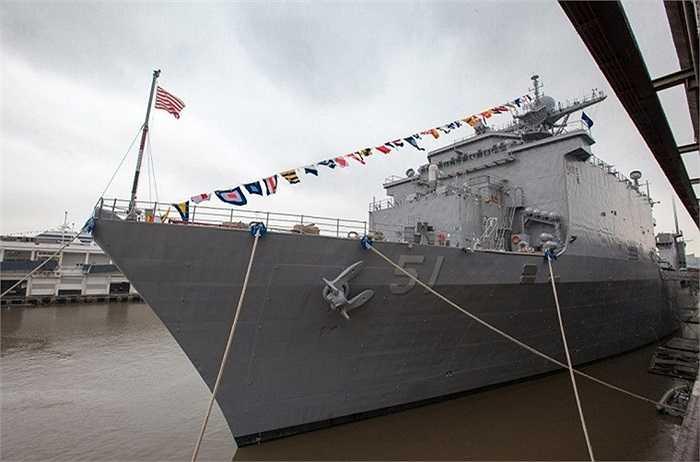 Lớp tàu này có lượng giãn nước toàn tải tới 19.600 tấn, dài 186m, rộng 26m