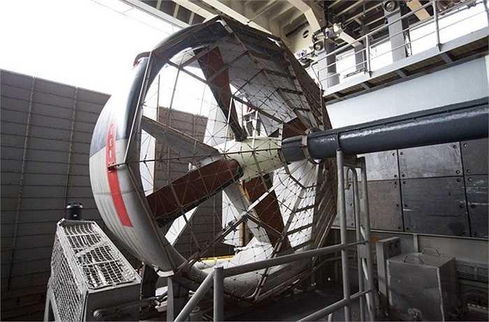 LCAC giống như một xà lan khổng lồ có thể di chuyển trên mặt nước lẫn trên đất liền, nhờ vào 2 cánh quạt khổng lồ cũng là động cơ chính của nó