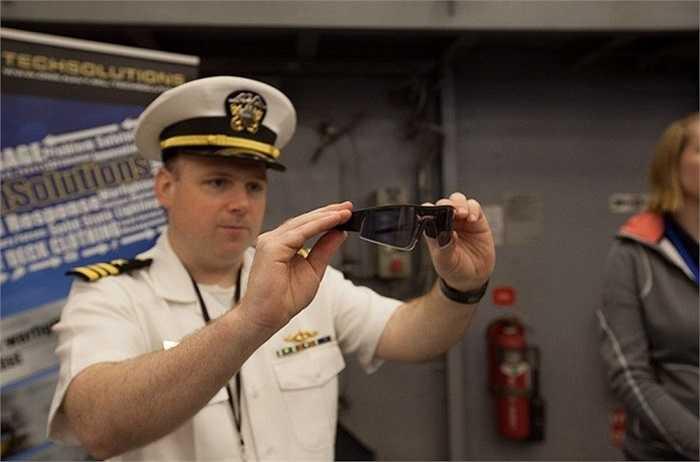 Khi vừa vào bên trong khách tham quan sẽ được viên sĩ quan hướng dẫn các qui định khi vào thăm tàu. Trong ảnh là một sĩ quan hải quân đang giới thiệu về mẫu kính mắt đa năng Fast-Tint Eyewear