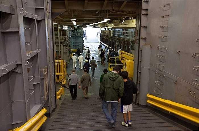 Sau khi được giới thiệu về các công nghệ mới được Hải quân Mỹ sử dụng, khách tham quan sẽ tiếp tục đi sâu vào khám phá bên trong thân tàu