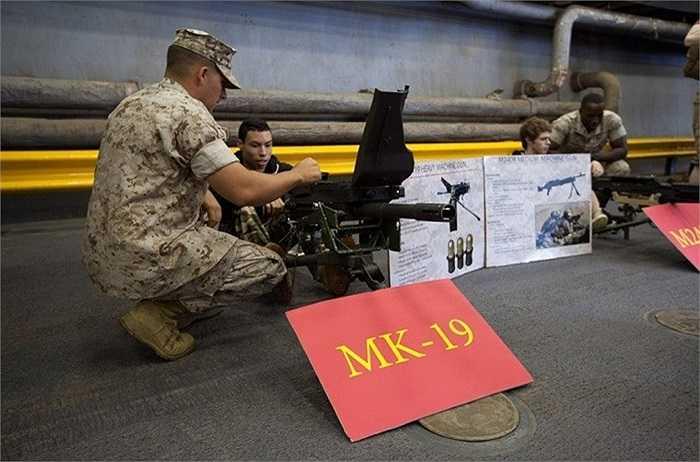 Trong chuyến tham quan trên, du khách còn có thể được sử dụng thử các loại vũ khí cơ bản được trang bị cho lực lượng lính thủy đánh bộ Mỹ