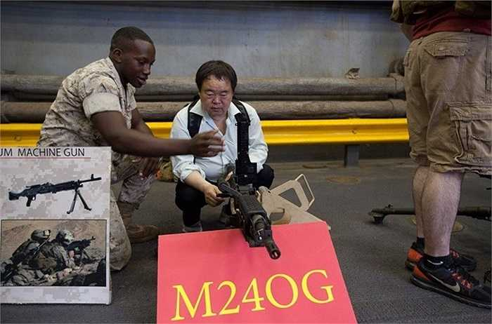 Một vị khách khác thử dùng khẩu súng máy M240G được trang bị rộng rãi trong Quân đội Mỹ có tốc độ bắn từ 650-950 phát/phút