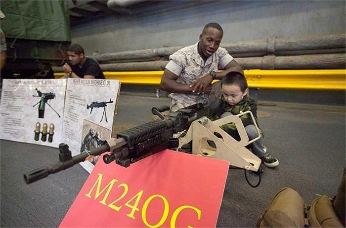 M240G thường được trang bị trên các xe bọc thép hạng nhẹ mà USS Oak Hill chở theo