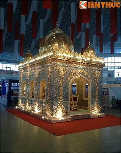 Cung điện lấy cảm hứng thiết kế từ Cung điện Tajmahal của Ấn Độ. Toàn bộ hoa văn của cung điện được thiết kế và tạo hình theo phong cách hoa văn đương đại và cổ điển của lối kiến trúc Hồi giáo, kết hợp với vàng tạo nên vẻ đẹp quyền quý. Mục đích của việc xây dựng cung điện này là hiện thực hóa một công trình xa hoa và tầm cỡ như trong trí tưởng tượng