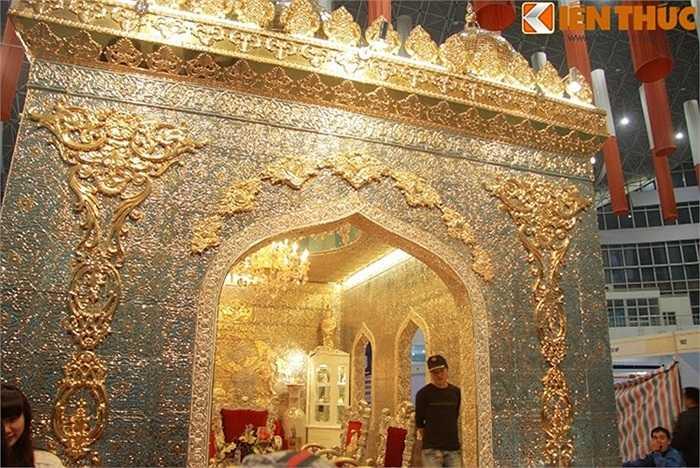 Tuy diện tích của cung điện là 24 m2, tương đương một phòng khách nhưng diện tích sứ điêu khắc và vẽ vàng có thể lên tới 300 m2