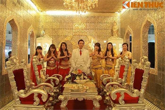 Hiện nay cung điện là nơi thu hút rất nhiều các cặp đôi đến chụp ảnh cưới và cũng từng được nhiều đại gia khác, các lãnh đạo ban ngành tới chiêm ngưỡng. Người dân địa phương cũng rất thích thú với công trình này. Ảnh: Chủ nhân của cung điện vàng (áo trắng)