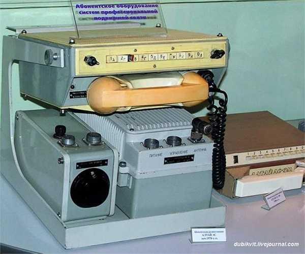 Cũng trong những năm cuối 1950, Liên Xô phát triển thêm một hệ thống điện thoại vô tuyến di động tự động, được gọi là 'Altai'. Một trong những yêu cầu chính là nâng khả năng sử dụng của thiết bị lên tối đa.