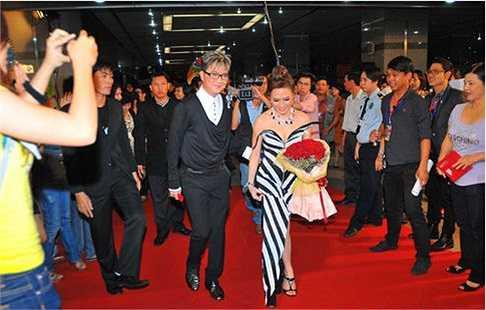 Tại HTV Award, Mỹ Tâm diện một bộ đồ kém sang trọng.