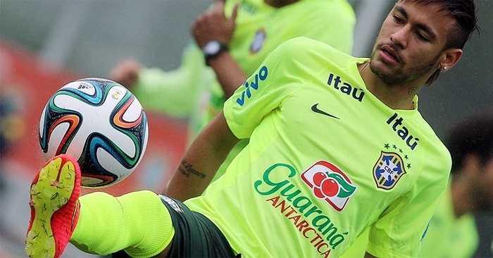 Neymar luôn là tâm điểm của ống kính phóng viên nước chủ nhà.