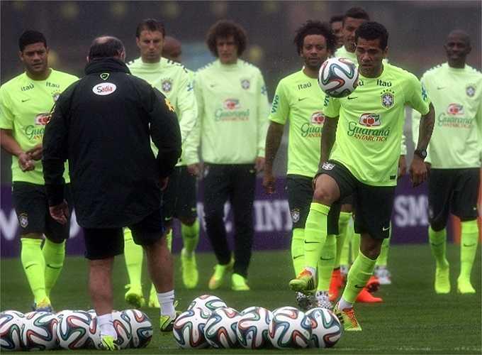 Daniel Alves - đồng đội của Neymar ở CLB Barca.