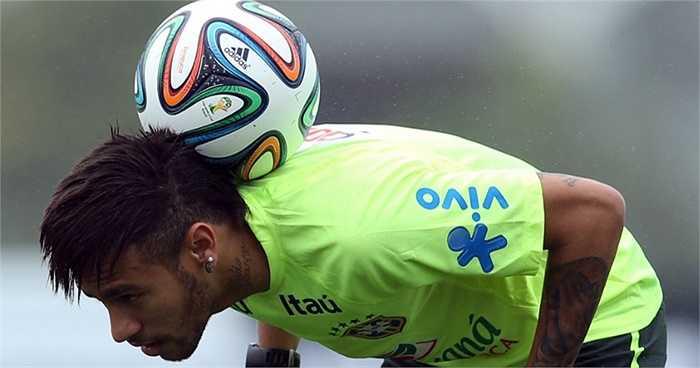 Neymar thể hiện kỹ thuật tâng bóng.