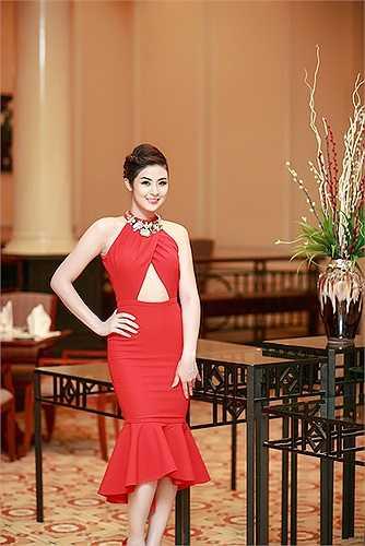 Trong một sự kiện diễn ra tối 30/5 tại thành phố Hải Phòng, Ngọc Hân đã có dịp hội ngộ những người đẹp trong cuộc thi HHVN: HHVN 2002 Mai Phương và Á hậu 2000 Ngọc Oanh.