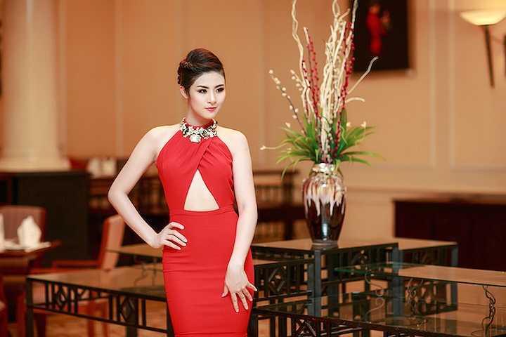 Đến với sự kiện, Ngọc Hân lựa chọn bộ đầm đỏ cut out khéo léo khoe đường cong ngọt ngào.