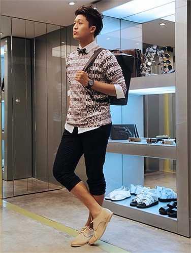 Harry Lu kiểm tra kỹ càng trang phục trước khi bước ra sàn catwalk