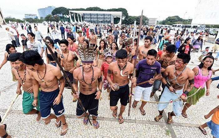 Bức ảnh các thổ dân Brazil xuống đường biểu tình hôm 17/5