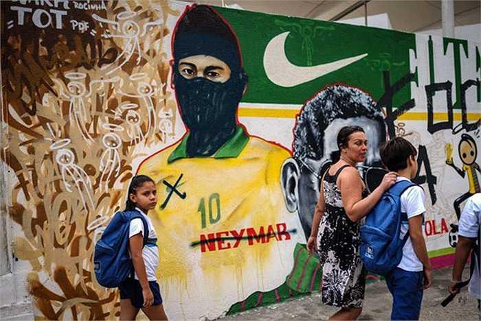 Bức tranh cổ động World Cup tại Rio de Janeiro đã bị người dân vẽ bậy và biến tướng