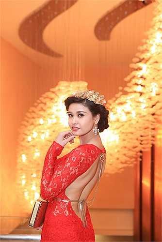 Cô xuất hiện với bộ váy ren đỏ cùng phụ kiện là chiếc vòng lá ánh kim kết thành chiếc vương miện cách điệu