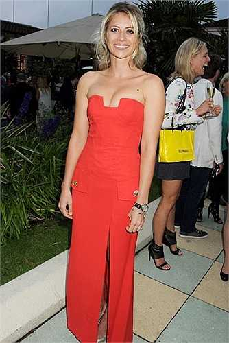 Holly còn từng tham gia chụp hình thời trang. Bức hình nào của người đẹp cũng cực kỳ nóng bỏng, hấp dẫn nhưng chưa bao giờ quá 'giới hạn'.