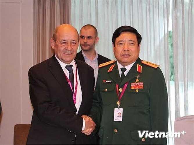 Bộ trưởng Quốc phòng Phùng Quang Thanh có cuộc gặp song phương với người đồng cấp Pháp Jean-Yves Le Drian tại Đối thoại Shangri La chiều 31/5. (Ảnh: Lê Hải/Vietnam+)