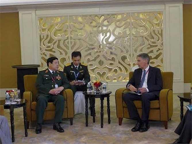 Bộ trưởng Quốc phòng Phùng Quang Thanh có cuộc tiếp xúc song phương với Bộ trưởng Quốc phòng Anh Philip Hammond. (Ảnh: Kim Yến/Vietnam+)
