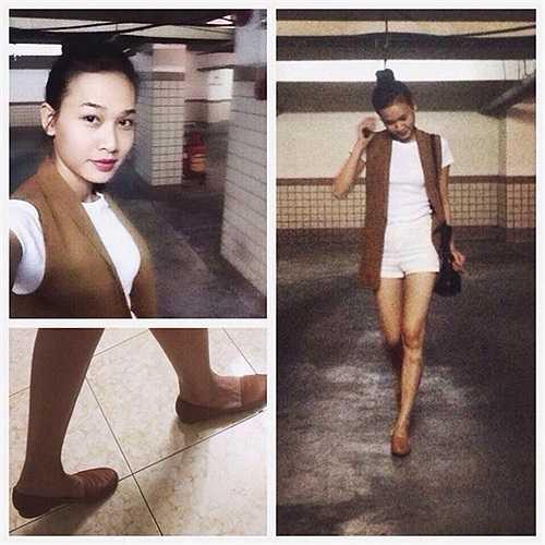 Bên cạnh đó, Hoa hậu còn khá tinh tế với cách mặc trang phục đồng màu. Áo thun trắng đi kèm quần short ngắn hiện đại và đơn giản, giúp chân dài thoải mái khi thả bộ trên phố