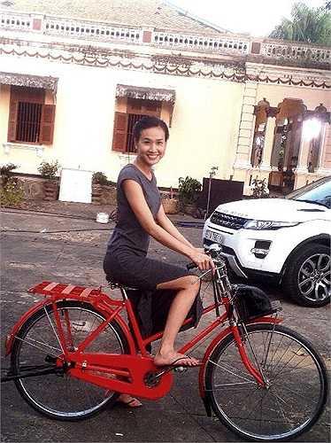 Chân váy xẻ cao là lựa chọn mà Dương Mỹ Linh yêu thích khi thời tiết vào hè. Trong ảnh, cô mặc váy tối màu và hồn nhiên đạp xe khi có dịp về thăm gia đình ở Bến Tre.