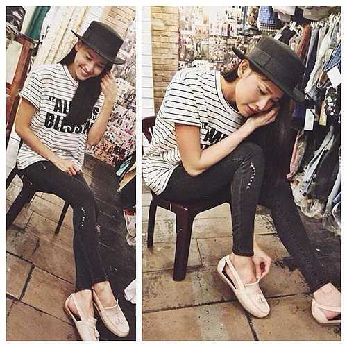 Người đẹp đi shopping với mốt áo thun sọc kẻ, mix đơn giản cùng quần jeans, mũ fedora cá tính và giày đế bệt thoải mái.