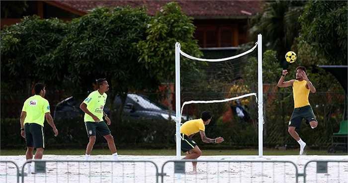 Neymar và các đồng đội chơi bóng chuyền bằng chân trên bãi cát của trung tâm huấn luyện quốc gia Granja Comary.