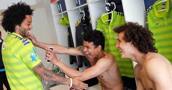 Marcelo trêu đùa các đồng đội trong phòng thay đồ.