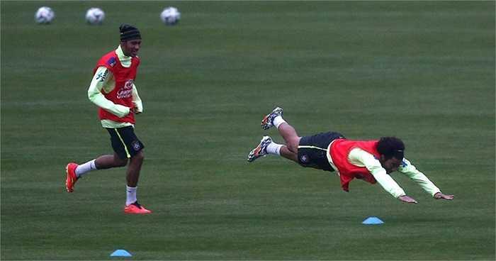 Marcelo lao về đích khi thi chạy với Neymar.