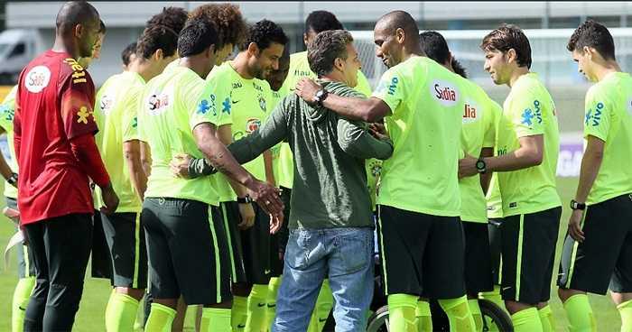 Luciano Huck, bình luận viên nổi tiếng của Brazil bất ngờ tham gia vào cuộc trao đổi chiến thuật của các cầu thủ Brazil trên sân tập.