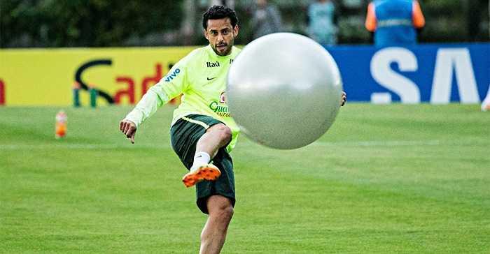 HLV Scolari cho các cầu thủ Brazil tập với bóng tập thể dục. Các cầu thủ tỏ ra rất hào hứng với bài tập lạ này.