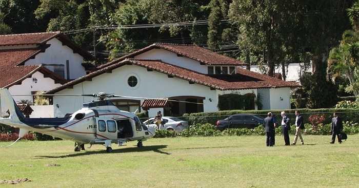 Chủ tịch Liên đoàn bóng đá Brazil, ông Jose Maria Marin tới thăm ĐT Brazil tập bằng máy bay trực thăng. (Tiểu Hàn)